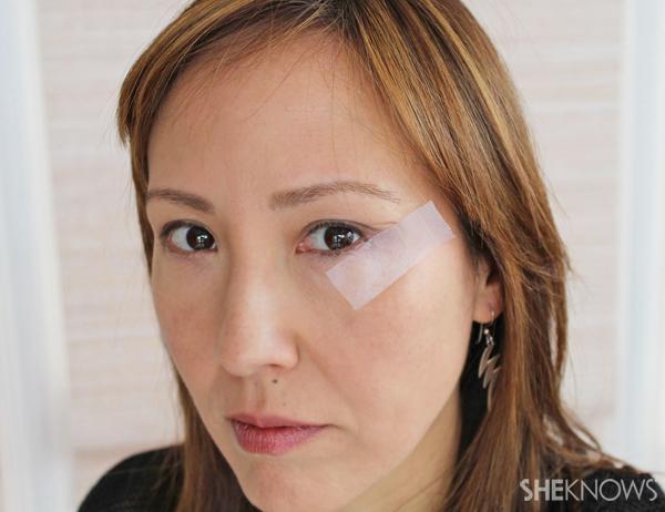 Tutorial: Cat eye makeup in teal: Apply tape