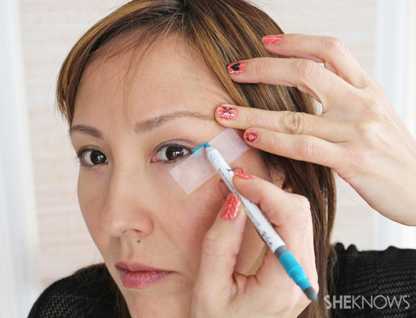 Tutorial: Cat eye makeup in teal: Draw your first line