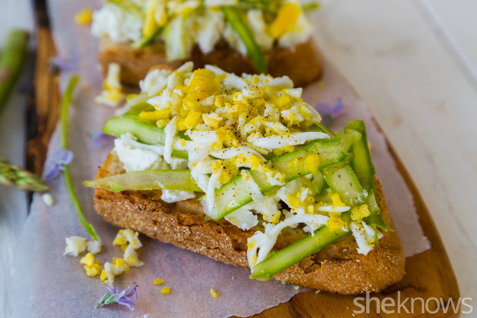 Bruschetta with feta, asparagus & eggs