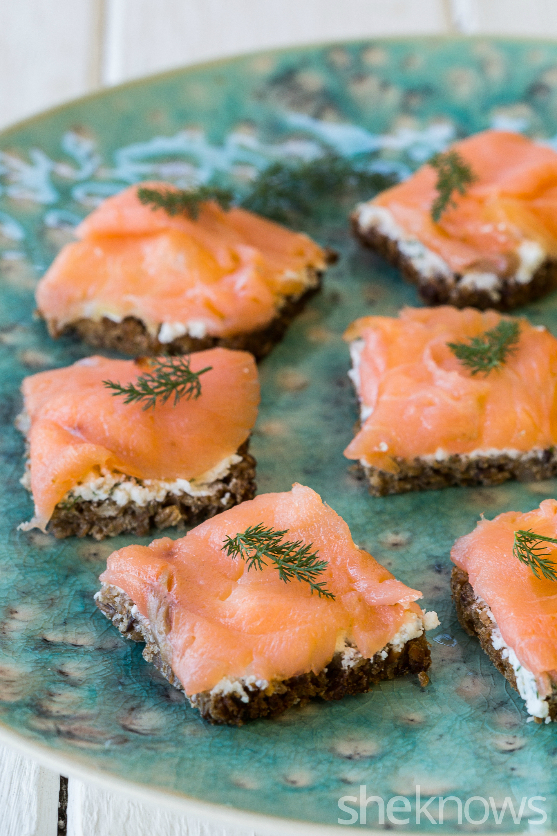 Pumpernickel bread with smoked salmon & cream cheese