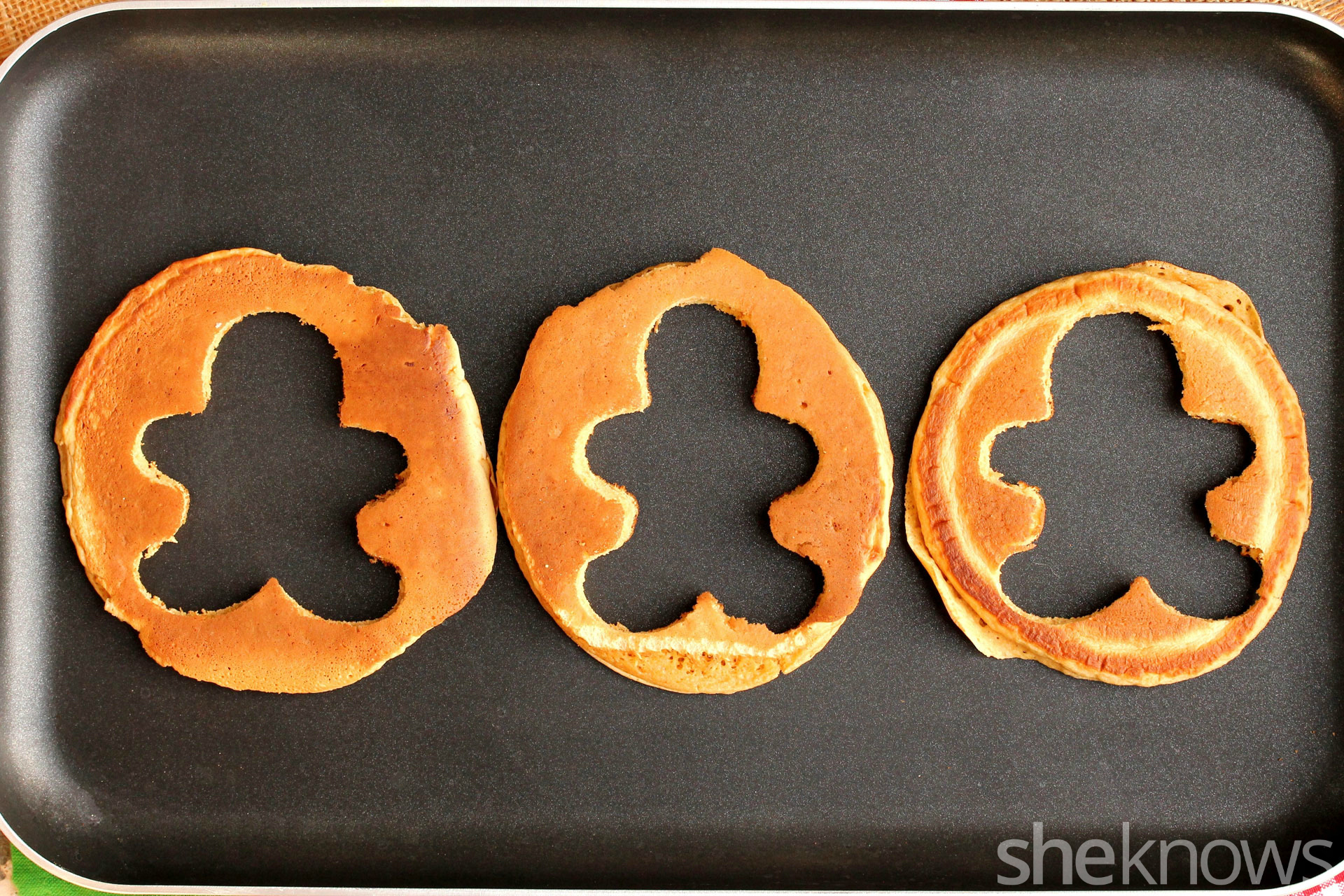cutting-gingerbread-pancakes