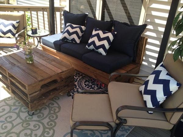 Wooden pallet rolling coffee table
