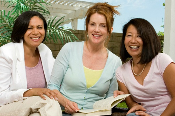 3 woman together and chatting