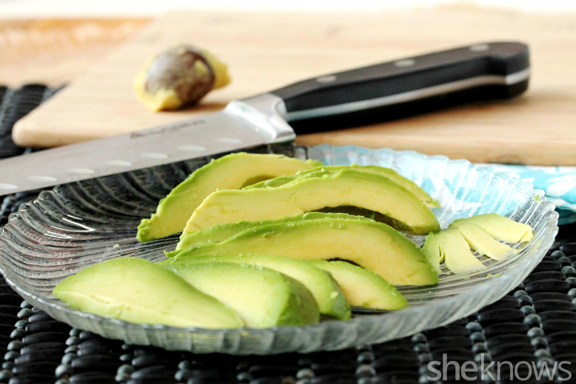 Slice-avocado-for-sushi