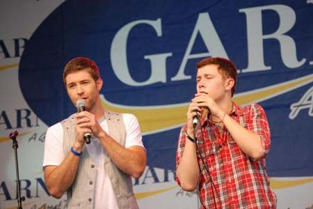 Josh Turner surprises American Idol finalist Scotty McCreery