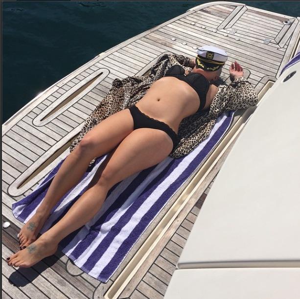 Kelly Osbourne flaunts her bikini bod