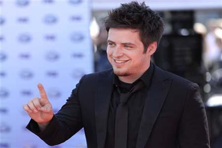 Lee DeWyze clarifies American Idol trophy scandal