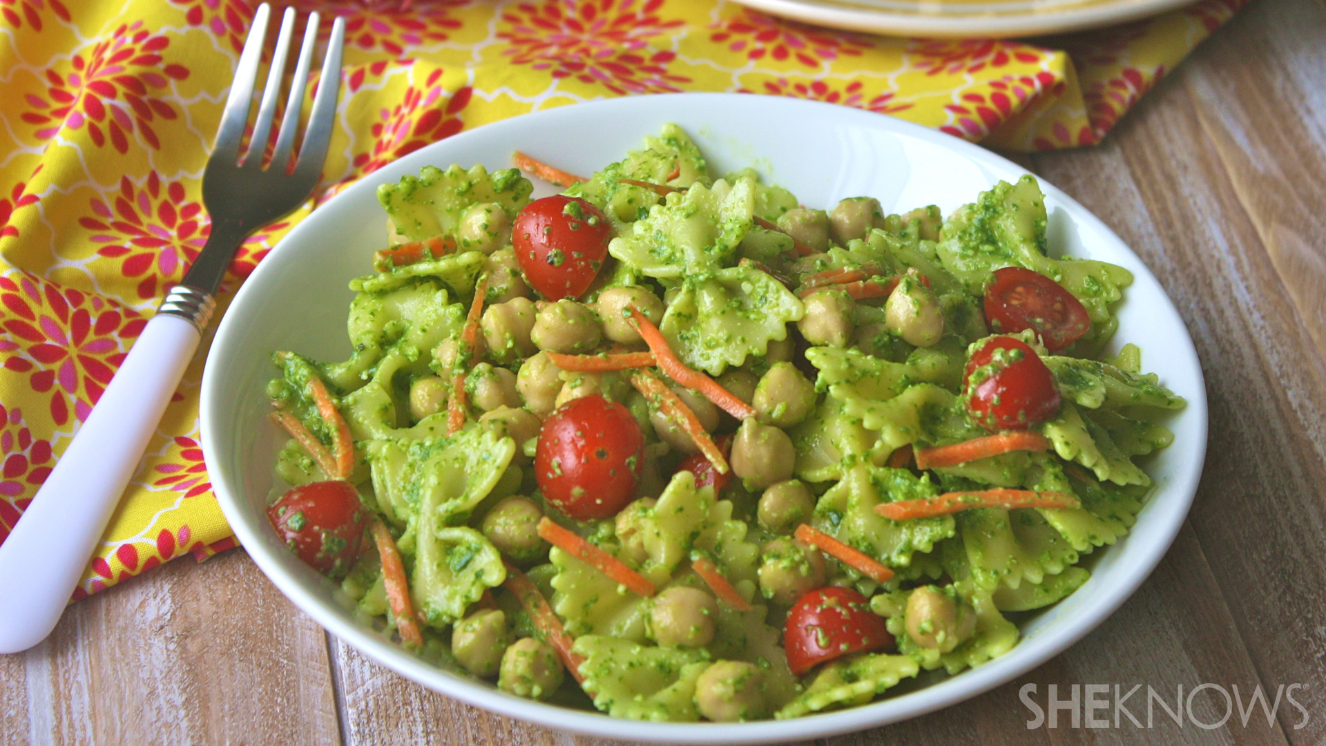 Pasta salad with chickpeas and spinach pesto