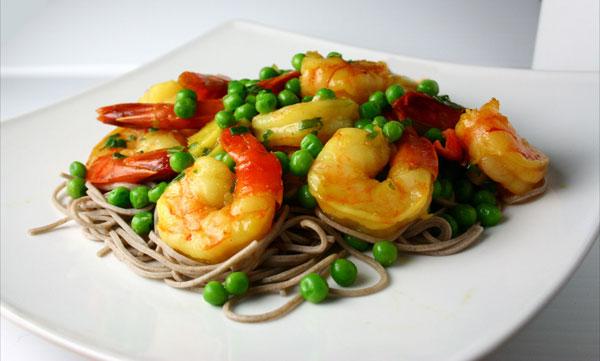 Soba stir fry with shrimp and peas