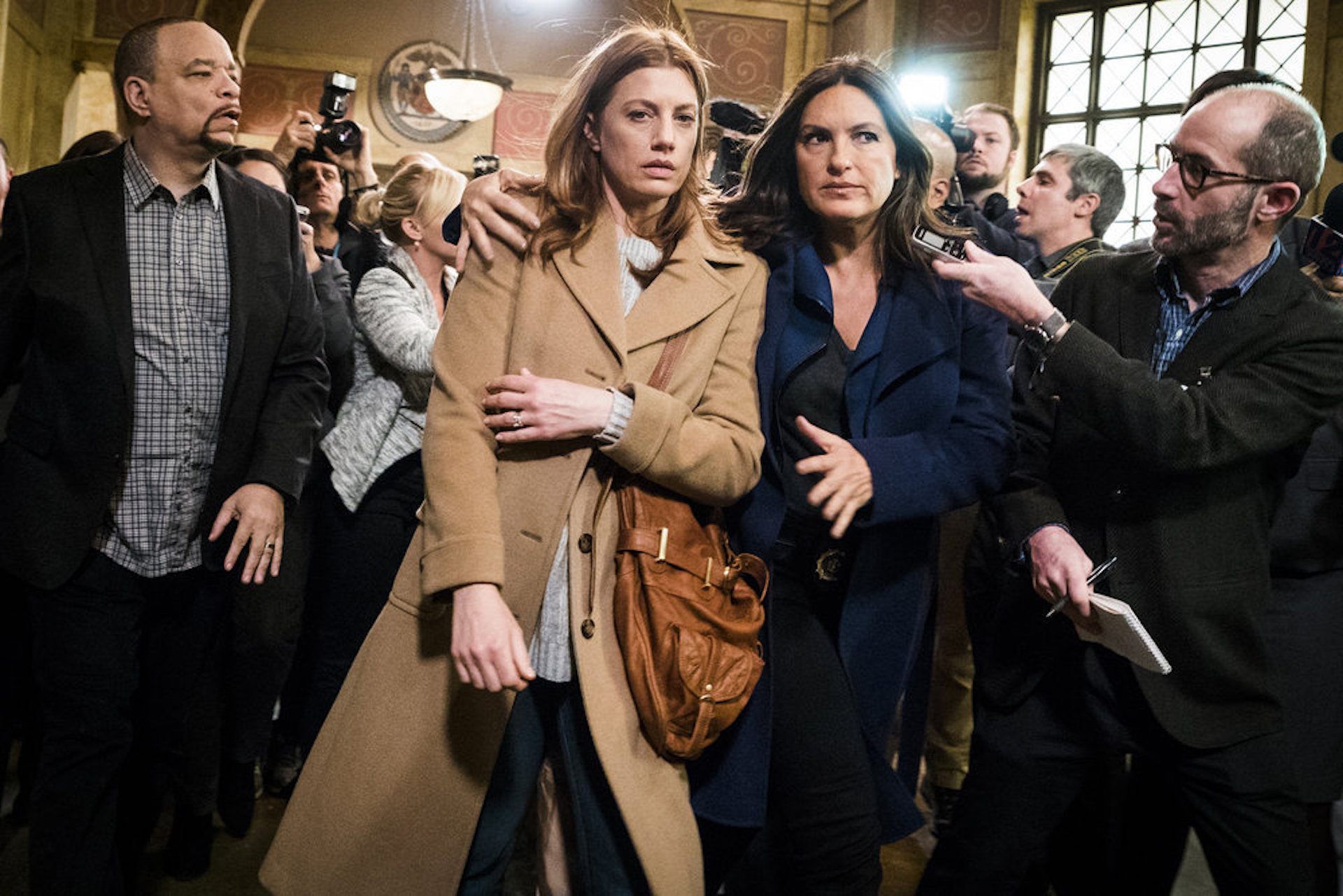 Mariska walks victim on of the court house Law & Order SVU