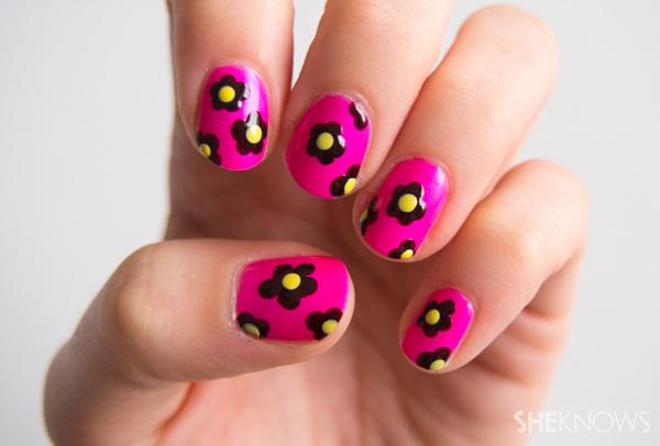 Dainty daisy flower nail art