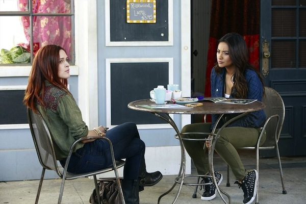 Emily meets with Zoe in Pretty Little Liars