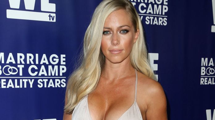 Kendra Wilkinson shows the world the
