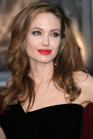 Angelina Jolie having her ovaries removed