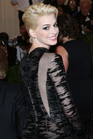 Anne Hathaway goes blond