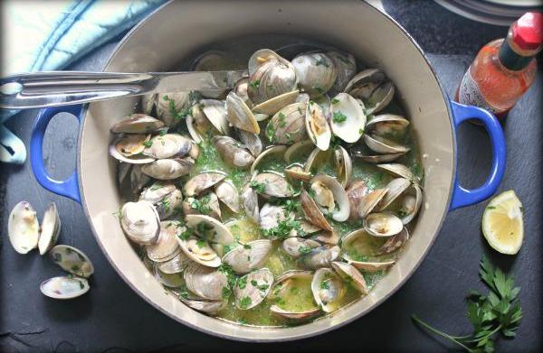 Steamed clams with a white wine