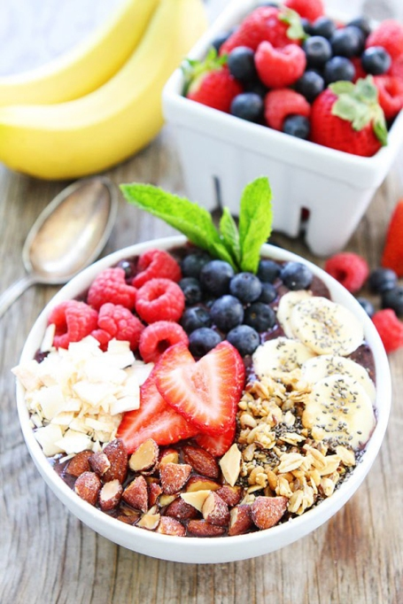 Breakfast Bowls to Fuel Your Mornings: Berry banana smoothie bowl | Healthy Breakfast 2017