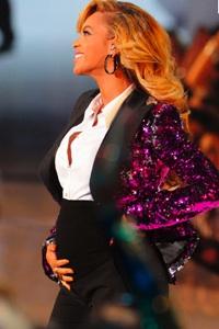 Beyonce Pregant VMA Stage