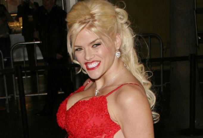 Anna Nicole Smith on red carpet
