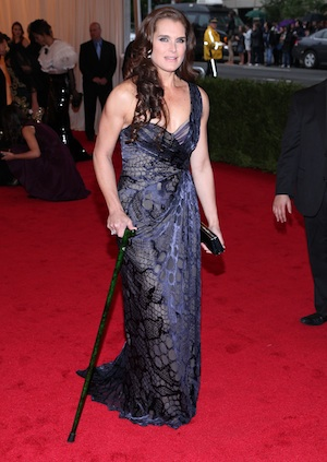 Brooke Shields shows up to the Met with a cane.