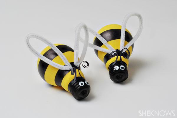 Light bulb bumblebee craft