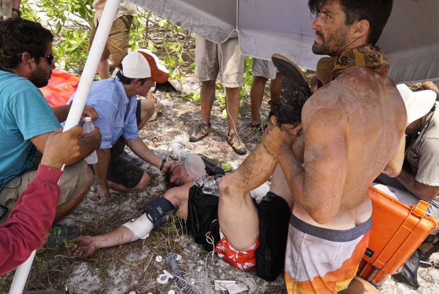 Nick Maiorano helps Caleb Reynolds during medical emergency on Survivor: Kaoh Rong