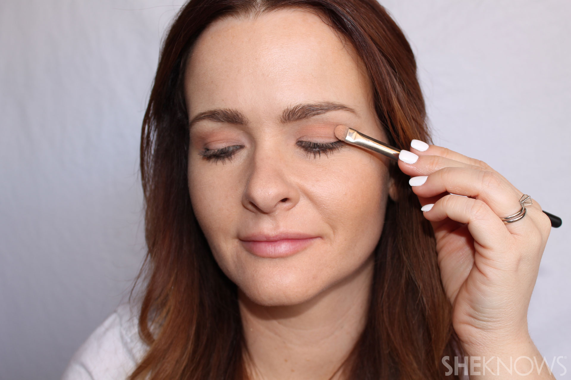 DIY Extreme cateye and bold lips: use soft eyeshadow
