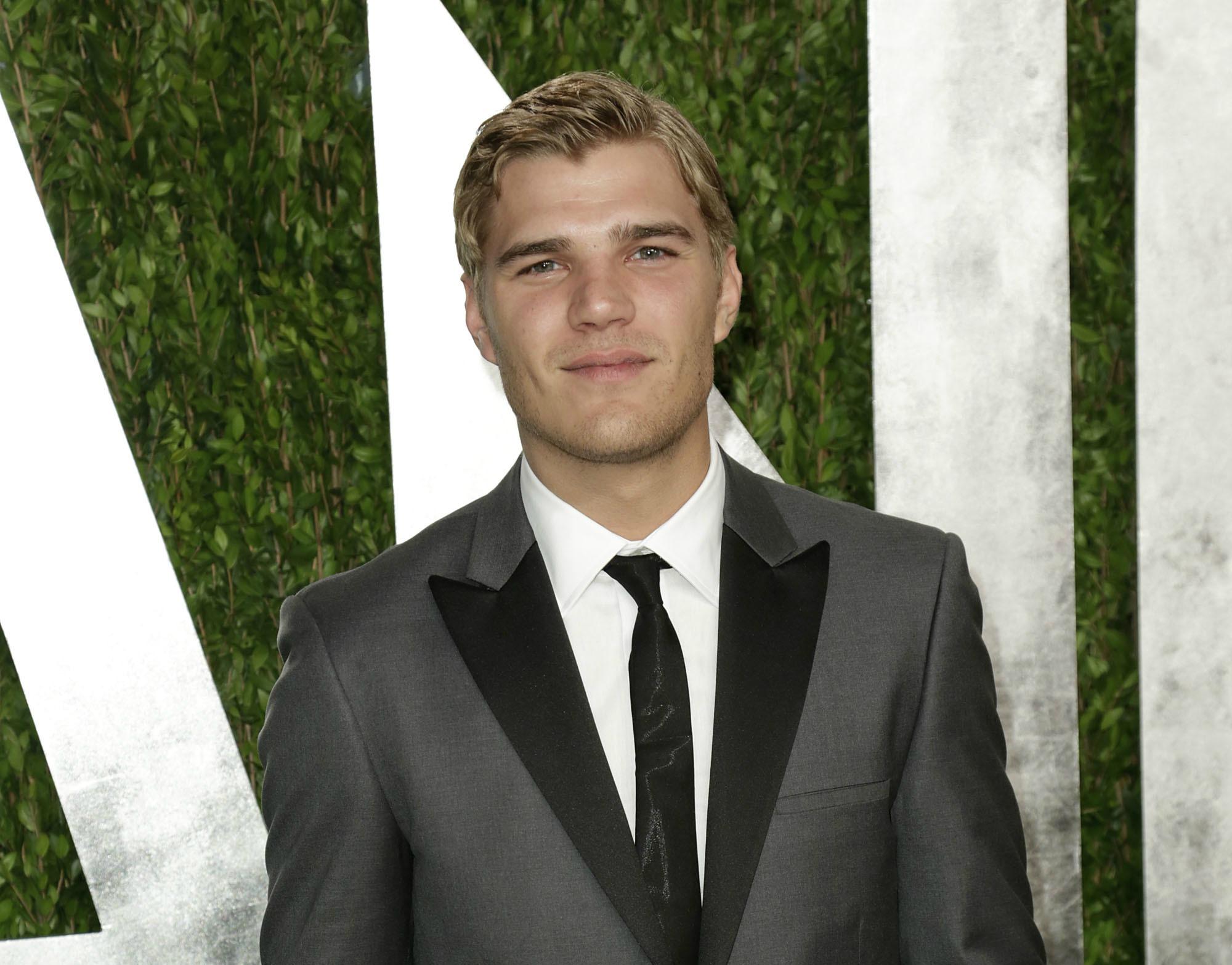 Chris Zylka engaged to model girlfriend Hanna Beth