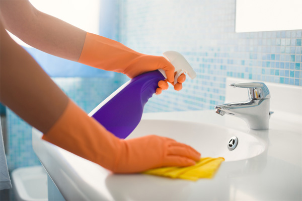 Cleaning bathromm sink