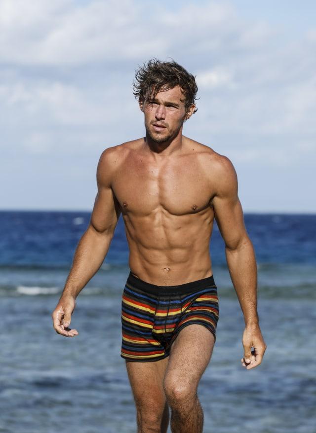 Cole Medders walks along beach on Survivor: Heroes Vs. Healers Vs. Hustlers