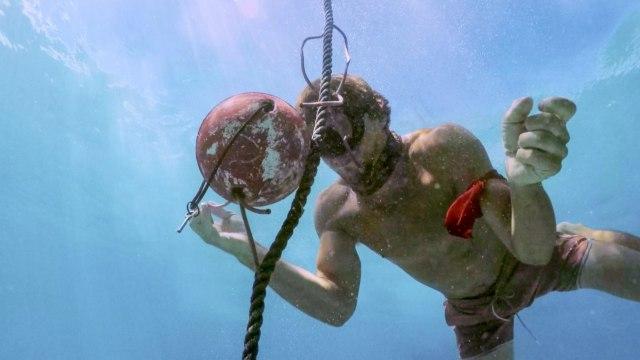 Cole Medders competes in underwater challenge on Survivor: Heroes Vs. Healers Vs. Hustlers
