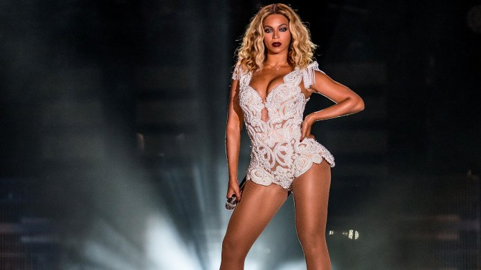 Beyonce-posing-on-stage