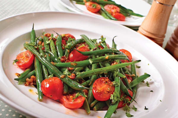 Crunchy green bean and tomato salad