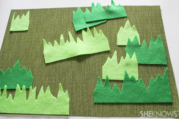Easter egg placemat: Cut the grass strips into smaller pieces