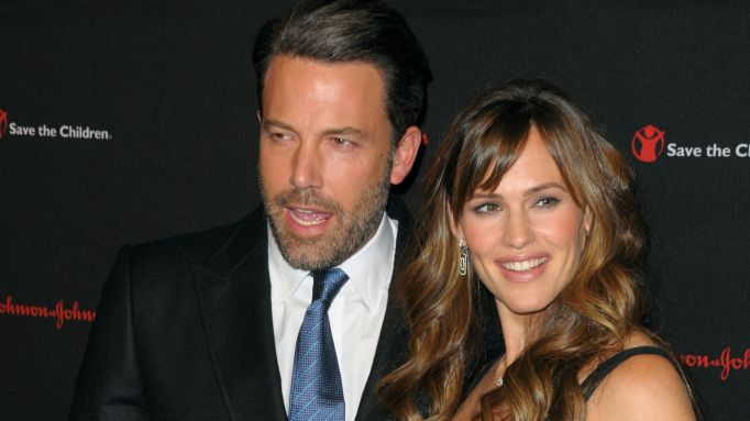 Ben Affleck & Jennifer Garner posing on the red carpet.