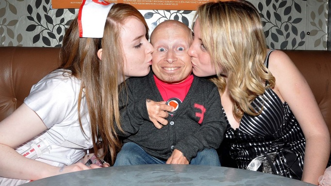 Verne Troyer with two other women