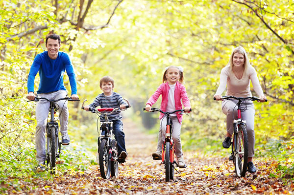 Family riding bikes together during autumn | Sheknows.ca