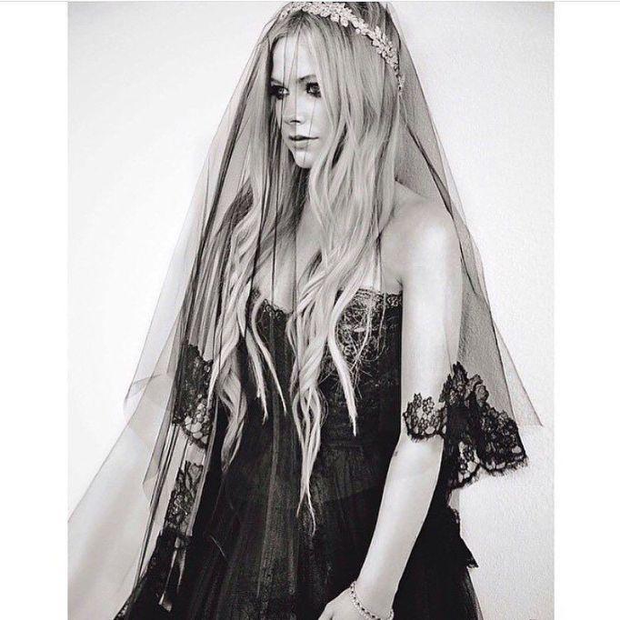 Celebrity Who Wore Unconventional Wedding Dresses: Avril Lavigne | Celebrity Weddings