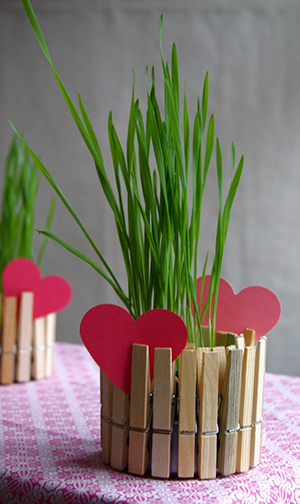 Clothespins and tuna can flower pot | Sheknows.com