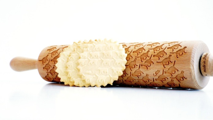 Cat-embossed rolling pin is the tool