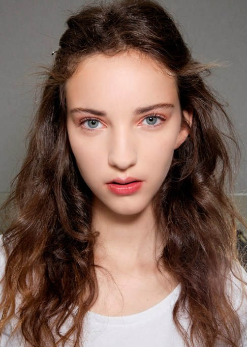 Low-Maintenance Summer Beauty Inspiration Ideas: Brown Curly Hair Blue Eyes | Summer Beauty 2017