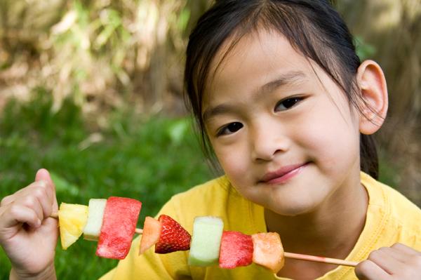 fruit-skewer-little-girl