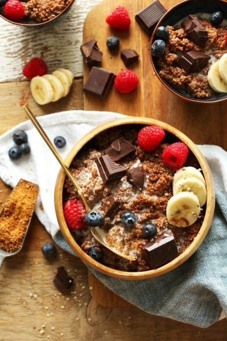 Breakfast Bowls to Fuel Your Mornings: Dark chocolate quinoa breakfast bowl | Healthy Breakfast 2017