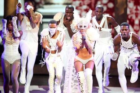 Gaga performs at the 2009 VMAs