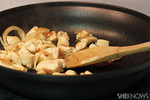 Garlic chicken pasta with arugula   Sheknows.com - cook chicken