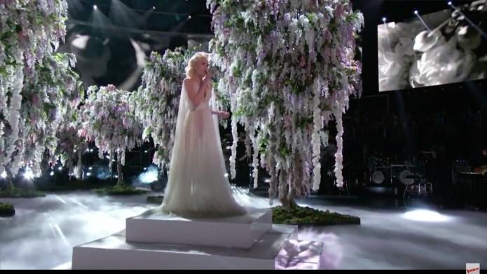 Gwen Stefani performs emotional ode to