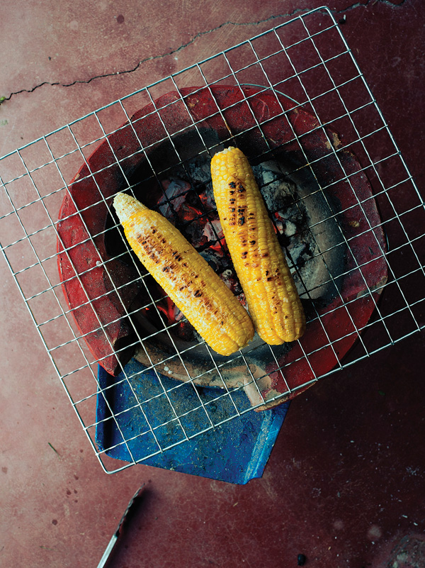 Grilled corn with salty coconut cream (Khao phot ping)