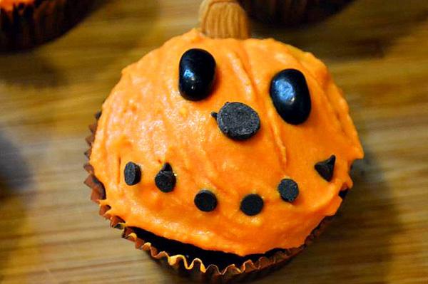 Halloween cupcake, happy pumpkin design