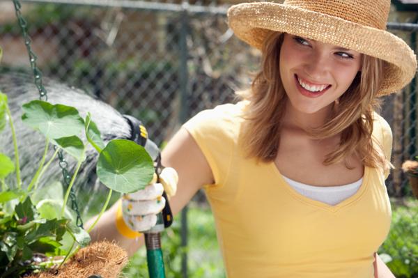 Счастливая женщина садовничая