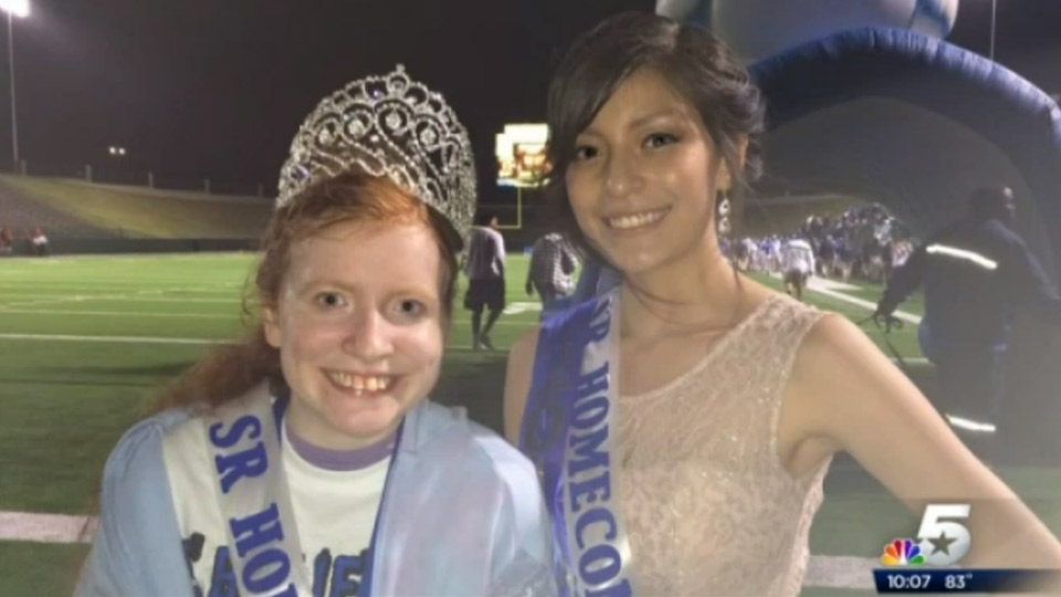 Home coming queen shares her crown | Sheknows.com